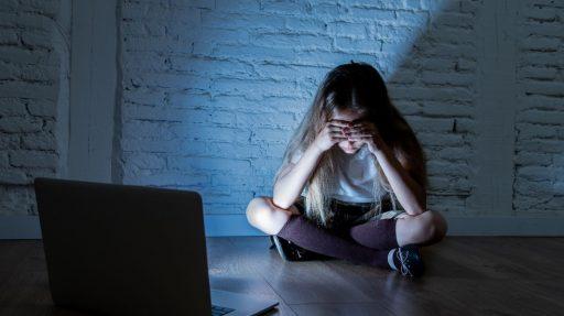 Preadolescente se pone triste porque le están haciendo ciberbullying