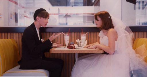 Pareja adolescente recien casada