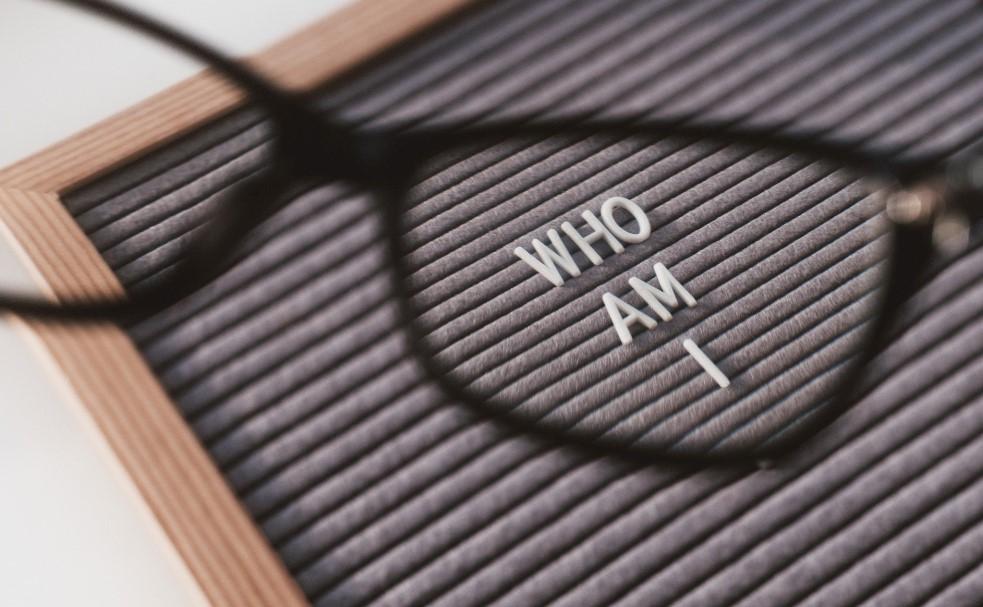 Gafas que dejan ver un mensaje en ingles: ¿Quién soy yo?