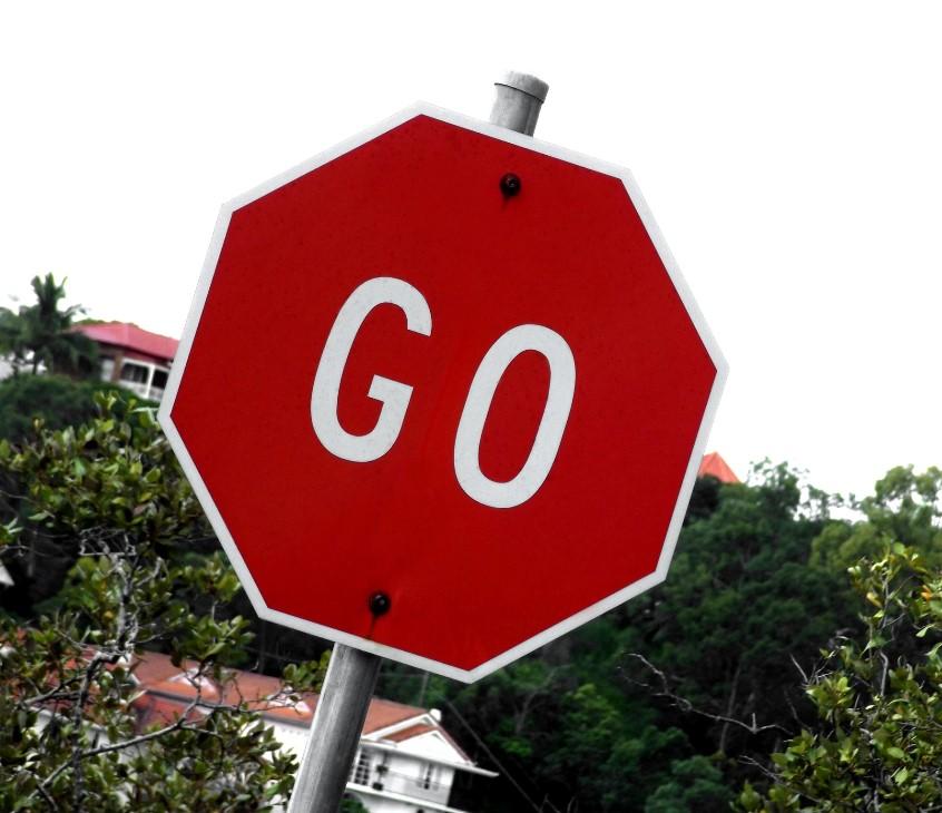"""Señal de Stop con el mensaje """"Go"""" en el centro"""