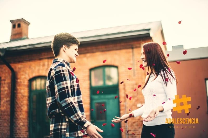 Pareja adolescente enamorada