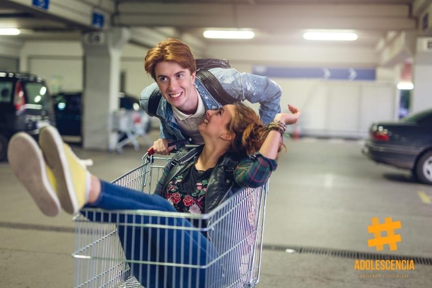 Adolescentes impulsivos. Jugando con un carro de la compra.
